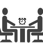 GEsprek met klok op tafel